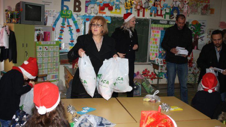Општината и Рудникот поделија новогодишни пакетчиња и за основците
