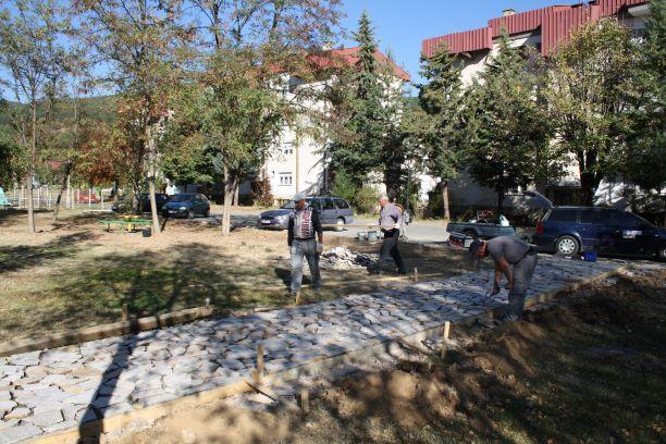 Започна уредувањето на пешачките стази на кејот на Каменичка Река (Фотогалерија)