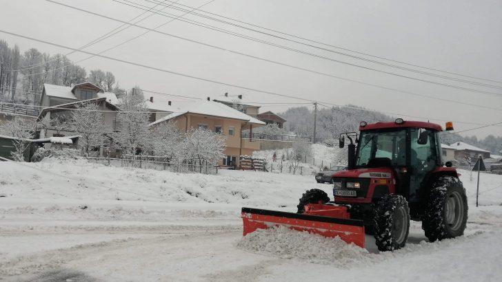 Градските улици и локални патишта интензивно се чистат од снег
