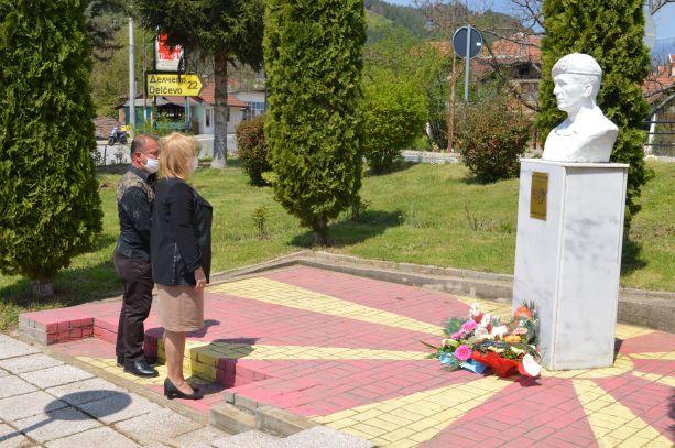 Положено свежо цвеќе пред спомениците на Миле Јаневски – Џингар во Македонска Каменица